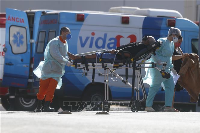 Nhân viên y tế chuyển bệnh nhân COVID-19 tới bệnh viện ở Brasilia, Brazil ngày 3-8-2020. Ảnh: THX/TTXVN