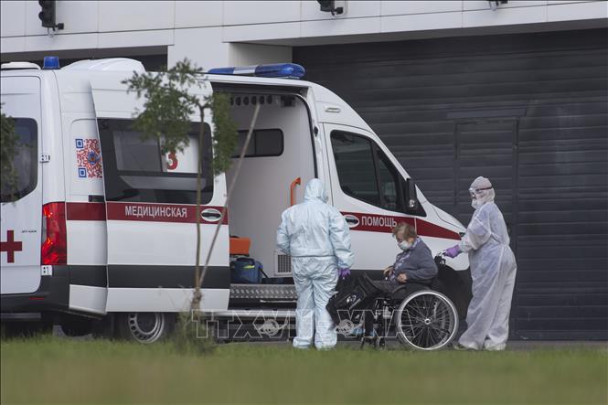 Nhân viên y tế chuyển bệnh nhân nhiễm COVID-19 tới bệnh viện ở Moskva, Nga ngày 1-9-2020. Ảnh: THX/TTXVN