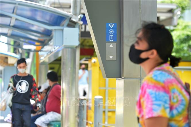 Người dân đeo khẩu trang phòng lây nhiễm COVID-19 tại Bangkok, Thái Lan. Ảnh: AFP/TTXVN