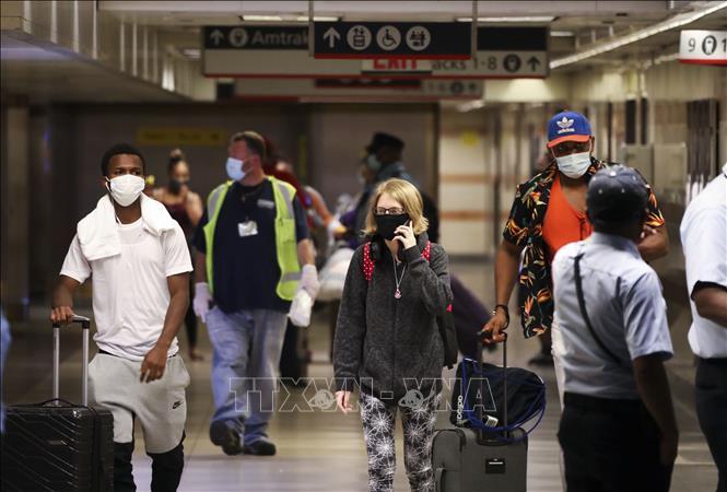 Người dân đeo khẩu trang phòng lây nhiễm COVID-19 tại nhà ga Penn ở New York, Mỹ ngày 6-8-2020. Ảnh: THX/TTXVN