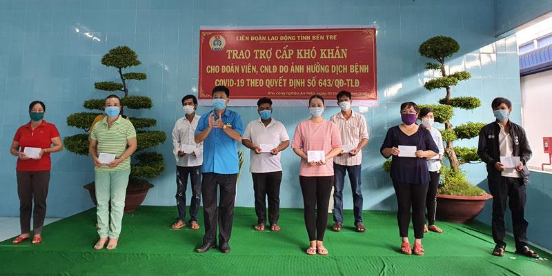 Trao trợ cấp cho các công nhân Công ty TNHH chế biến thủy sản Hùng Vương.