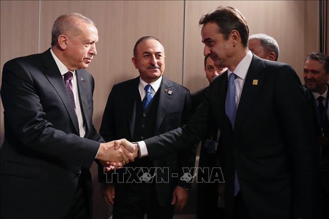 Tổng thống Thổ Nhĩ Kỳ Tayyip Erdogan (trái) và Thủ tướng Hy Lạp Kyriakos Mitsotakis (phải) tại cuộc gặp ở Watford, Anh ngày 4-12-2019. Ảnh tư liệu: AFP/TTXVN