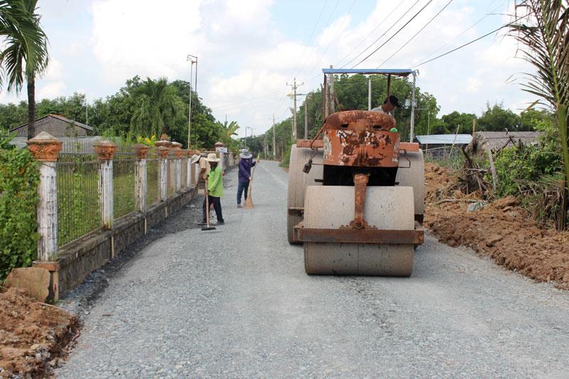 Thi công đường ĐX 02 ấp Phước Bình, xã Thạnh Phước.