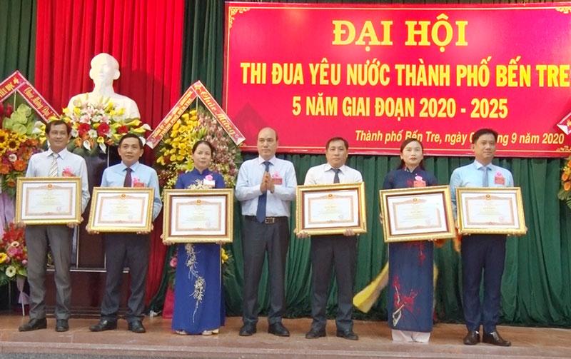 Bí thư Thành ủy Nguyễn Văn Tuấn trao bằng khen Thủ tướng Chính phủ cho các cá nhân.
