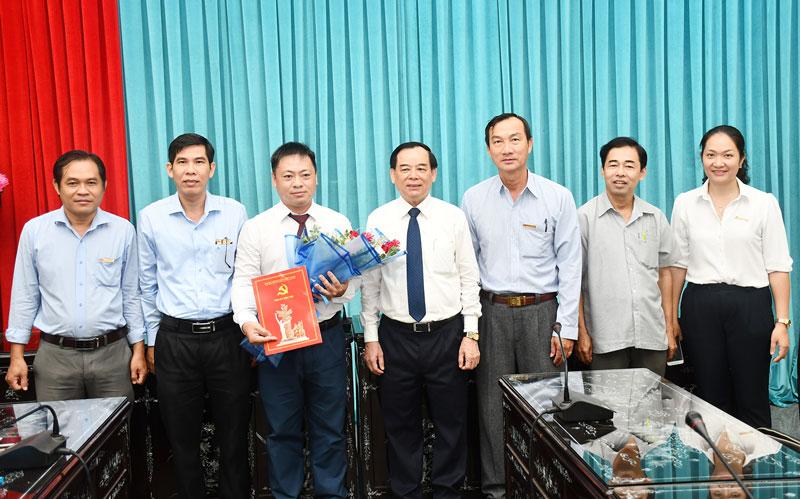 Phó bí thư Thường trực Tỉnh ủy Trần Ngọc Tam trao quyết định và chụp ảnh với các đại biểu.