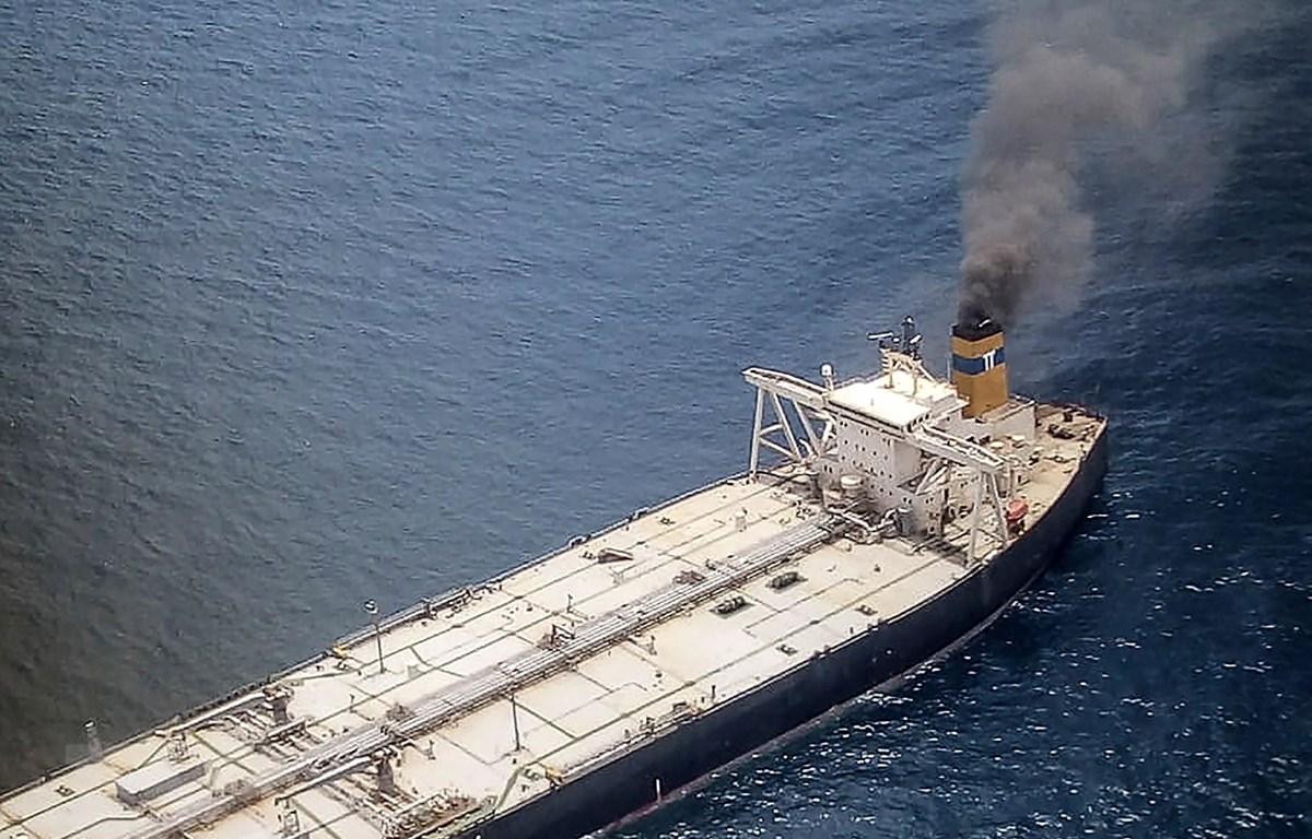 Tàu chở dầu MT New Diamond bốc cháy cách ngoài khơi bờ biển phía Đông Sri Lanka khoảng 60km ngày 3-9-2020. Ảnh: AFP/TTXVN