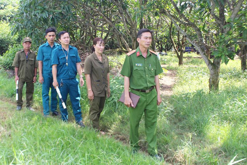 Công an xã Thạnh Phước phối hợp với quân sự, dân phòng tuần tra, kiểm tra tình hình an ninh, trật tự xã hội trên địa bàn.