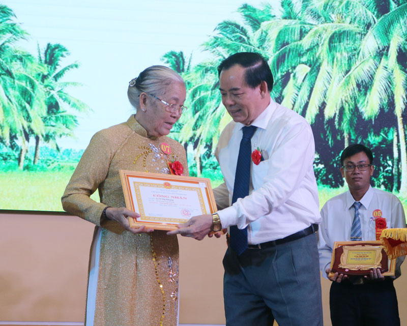 Phó bí thư Thường trực Tỉnh ủy Trần Ngọc Tam trao giấy công nhận gia đình học tập tiêu biểu.