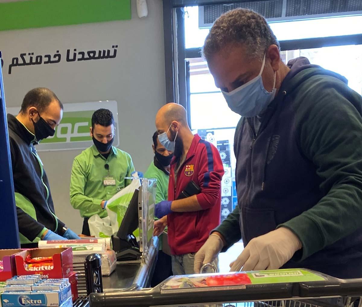Nhiều người và nhân viên siêu thị chủ động đeo khẩu trang phòng dịch.