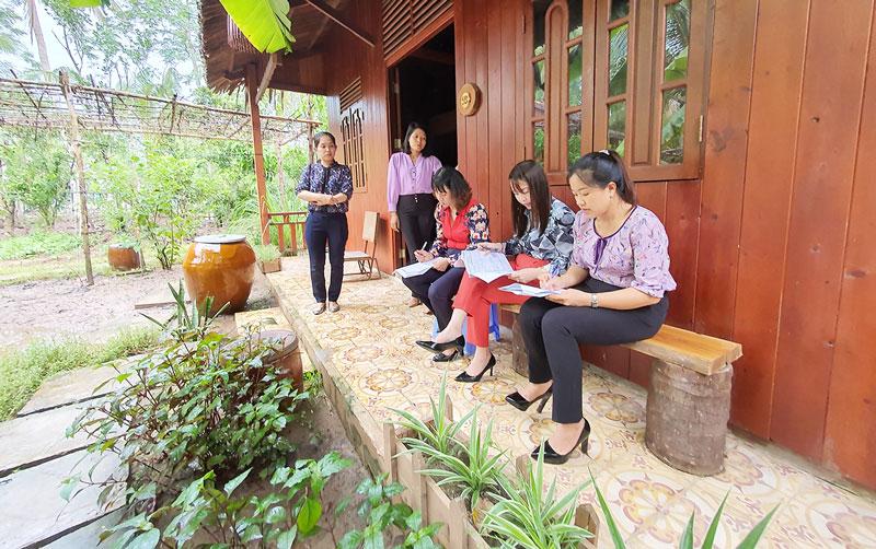 Tổ thẩm định kiểm tra các điều kiện cơ sở vật chất tại homestay Xóm Dừa Nước.