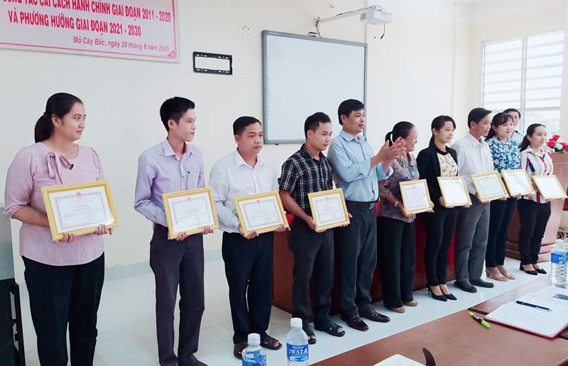 UBND huyện Mỏ Cày Bắc tặng giấy khen cho các cá nhân xuất sắc trong thực hiện cải cách hành chính giai đoạn 2011 - 2020.