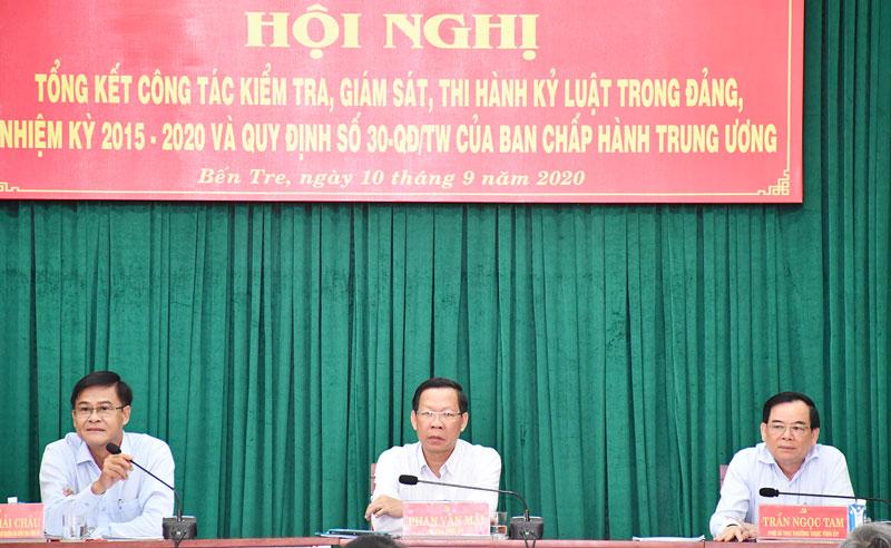 Các đồng chí lãnh đạo tỉnh chủ trì hội nghị.