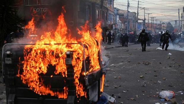 Người biểu tình phóng hỏa đốt thùng rác trên đường phố. (Nguồn: Reuters)