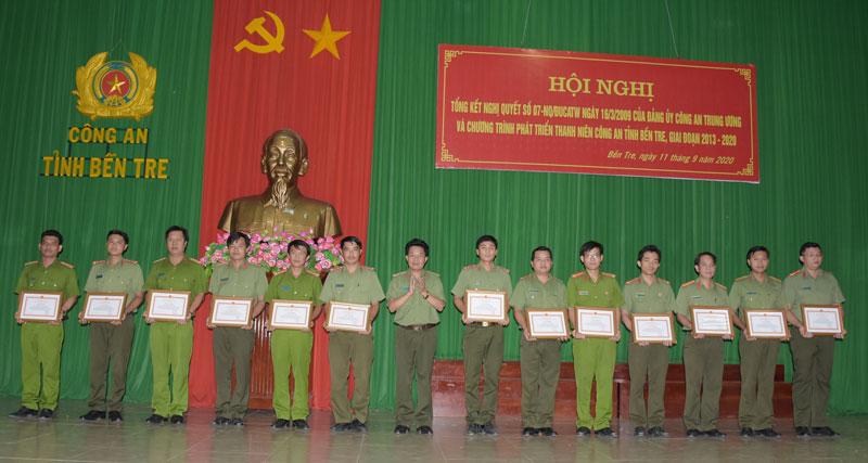 Đại tá Phạm Văn Ngót - Phó giám đốc Công an tỉnh trao giấy khen cho các tập thể, cá nhân. Ảnh: Ng. Đăng