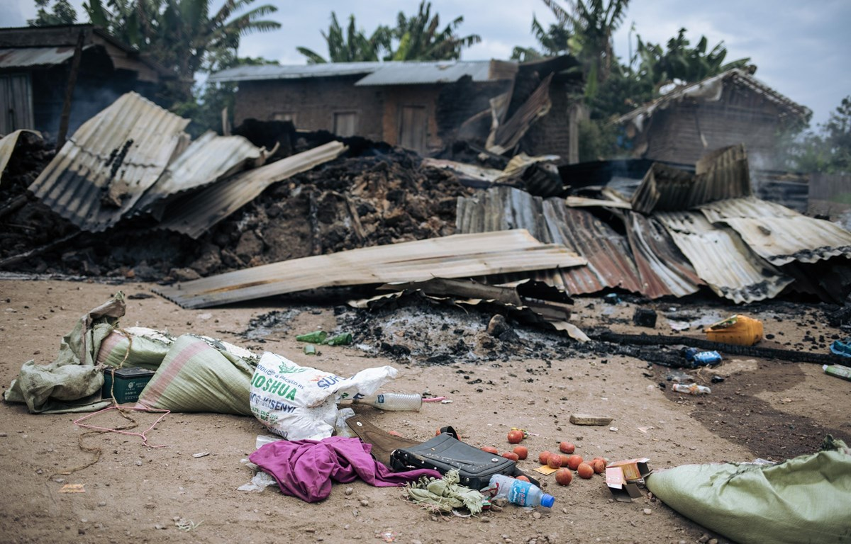 Nhà cửa bị thiêu rụi trong một vụ tấn công tại làng Manzalaho, gần Beni, Cộng hòa Dân chủ Congo ngày 18-2-2020. (Ảnh: AFP/TTXVN)