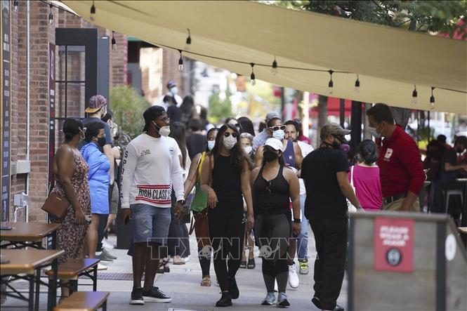 Người dân đeo khẩu trang phòng lây nhiễm COVID-19 tại một khu chợ ở New York, Mỹ ngày 7-9-2020. Ảnh: THX/TTXVN