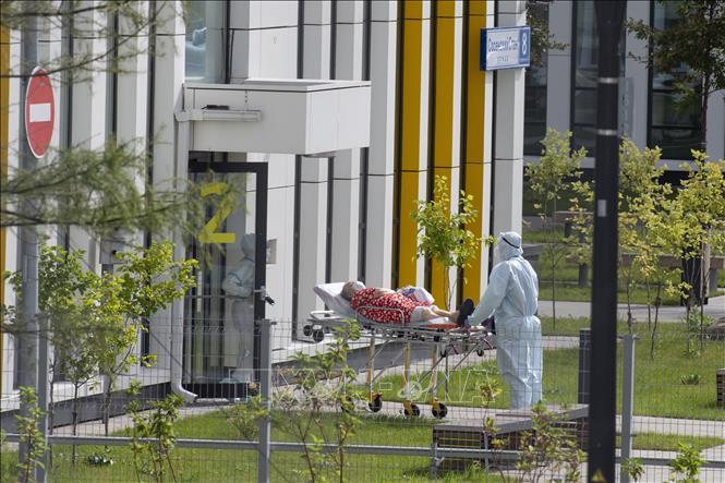 Nhân viên y tế chuyển bệnh nhân nghi nhiễm COVID-19 tới bệnh viện ở Kommunarka, ngoại ô Moskva, Nga ngày 1-9-2020. Ảnh: THX/TTXVN