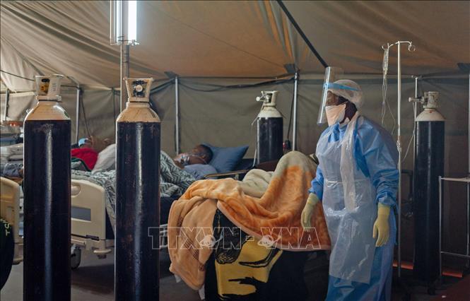 Bệnh nhân COVID-19 được điều trị tại bệnh viện ở Pretoria, Nam Phi ngày 10-7-2020. Ảnh: THX/TTXVN