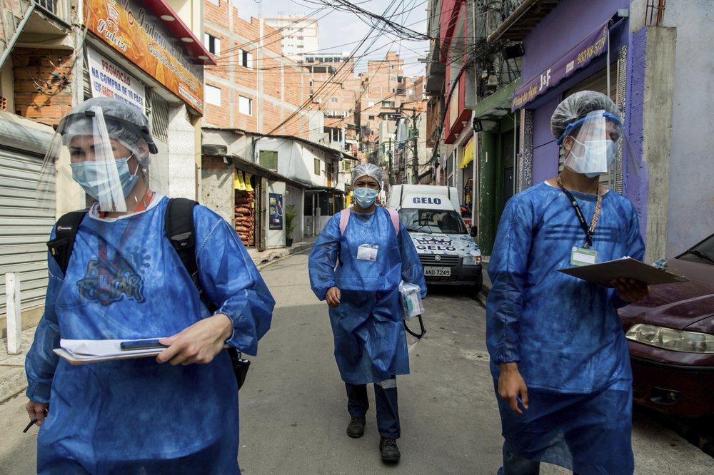 """Thành viên Dự án """"Bora Testar"""" (Hãy xét nghiệm) tại khu vực Paraisopolis ở Sao Paulo, Brazil ngày 11-9-2020. Ảnh: AP"""