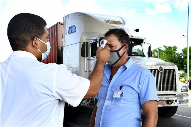 Kiểm tra thân nhiệt phòng lây nhiễm COVID-19 tại La Habana, Cuba ngày 1-9-2020. Ảnh: THX/TTXVN