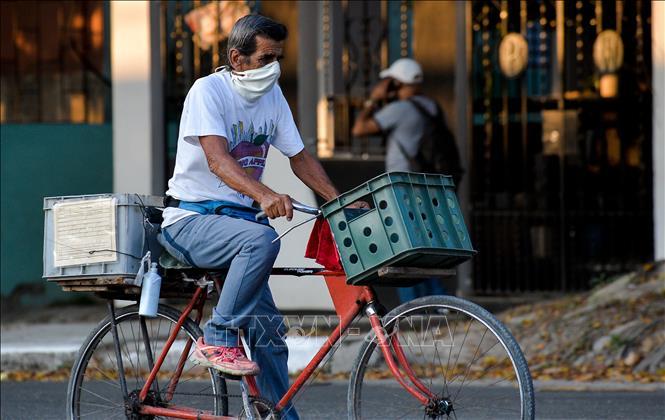 Người dân đeo khẩu trang phòng lây nhiễm COVID-19 tại La Habana, Cuba ngày 29-7-2020. Ảnh: AFP/TTXVN
