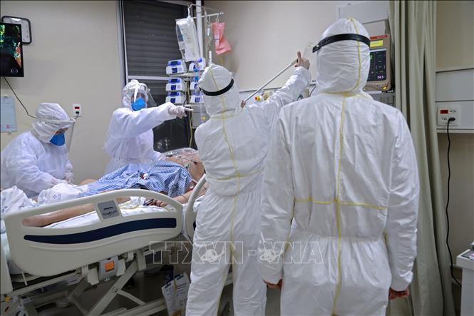 Nhân viên y tế điều trị cho bệnh nhân COVID-19 tại bệnh viện ở Porto Alegre, Brazil ngày 13-8-2020. Ảnh: AFP/TTXVN