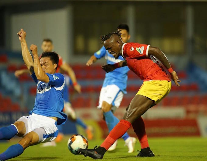 Mansaray (áo đỏ) ghi bàn cân bằng tỷ số 1-1 cho HL Hà