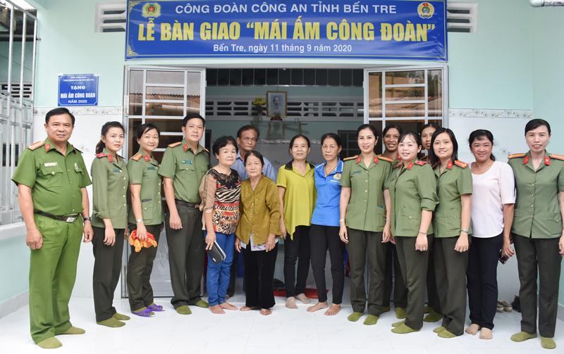 Đại biểu chụp ảnh lưu niệm với đồng chí Đoàn Thị Thức. Ảnh: Minh Tú.