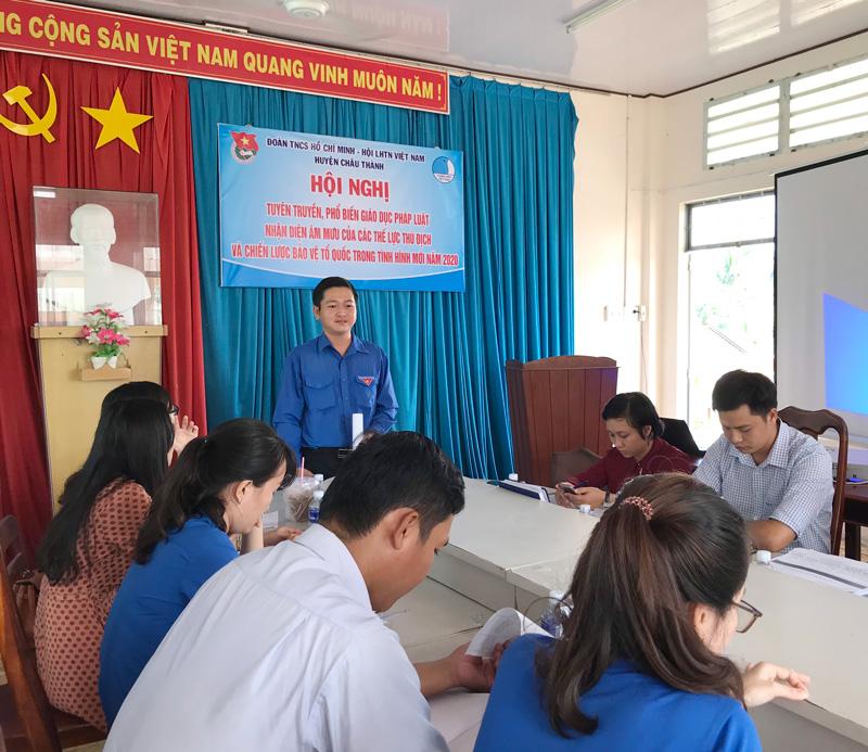 Phó bí thư Thường trực Huyện đoàn Nguyễn Duy An phát biểu tại hội nghị. Ảnh: Mỹ Xuyên.