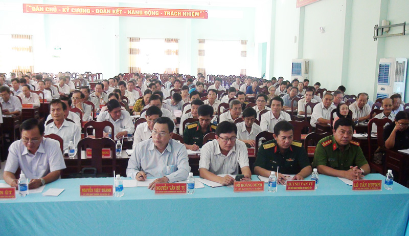 Lãnh đạo chủ chốt huyện Mỏ Cày Nam dư hội nghị.
