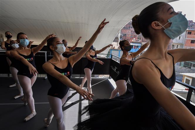 Các học viên ba lê đeo khẩu trang phòng dịch COVID-19 trong một buổi tổng duyệt biểu diễn ở ngoại ô Sao Paulo, Brazil ngày 27-8-2020. Ảnh: AFP/TTXVN
