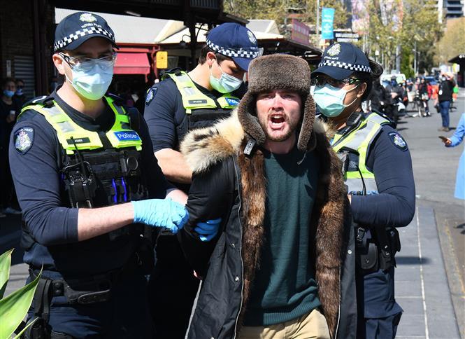 Cảnh sát bắt giữ người biểu tình do vi phạm các quy định về phòng, chống dịch COVID-19 tại Melbourne, Australia, ngày 13-9-2020. Ảnh: AFP/TTXVN