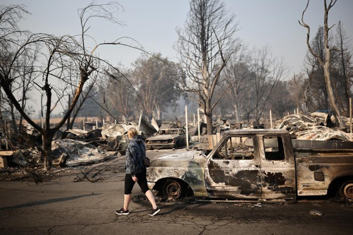 Người dân tại một khu phố bị đám cháy rừng tàn phá ở thành phố Phoenix, bang Oregon ngày 10-9-2020. (Ảnh: Reuters)