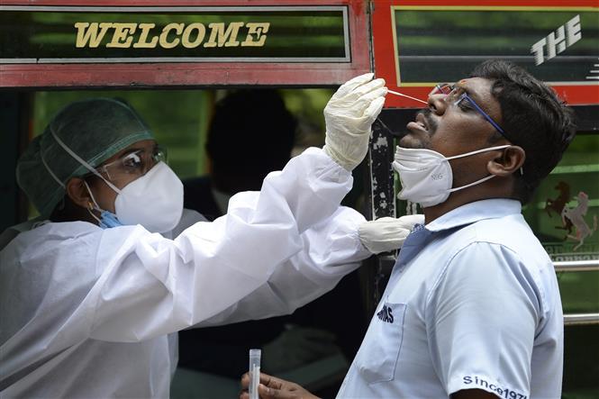 Nhân viên y tế lấy mẫu xét nghiệm COVID-19 tại Chennai, Ấn Độ, ngày 12-9-2020. Ảnh:AFP/TTXVN