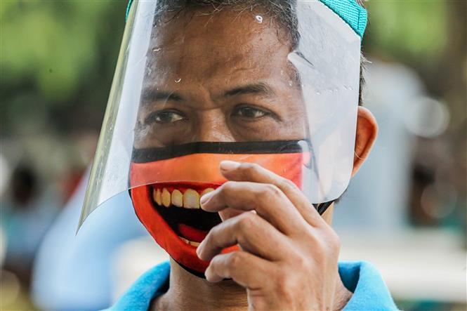Người dân đeo khẩu trang và mặt nạ bảo hộ phòng lây nhiễm COVID-10 tại Manila, Philippines, ngày 3-9-2020. Ảnh: THX/ TTXVN