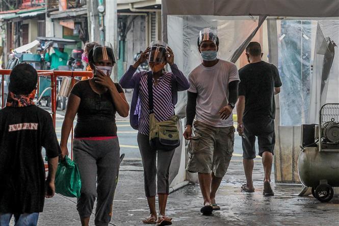 Người dân đeo khẩu trang phòng lây nhiễm COVID-19 tại một chợ ở Manila,Philippines. Ảnh: THX/TTXVN