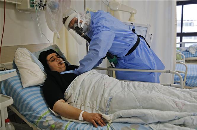 Bệnh nhân COVID-19 được điều trị tại trung tâm y tế ở Kfar Saba, Israel, ngày 9-9-2020. Ảnh: AFP/ TTXVN