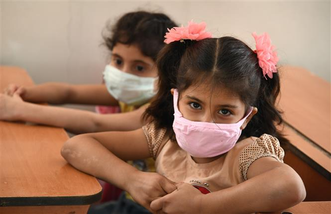 Trẻ em đeo khẩu trang phòng lây nhiễm COVID-19 tại Damascus, Syria, ngày 13-9-2020. Ảnh: THX/TTXVN