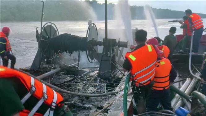 Lực lượng chức năng khống chế vụ cháy tàu chiều ngày 14-9. (ảnh chụp qua màn hình).