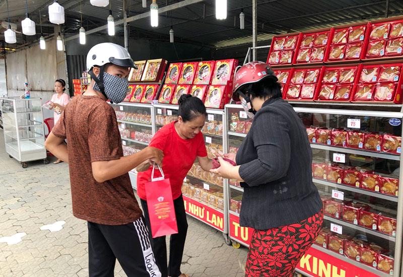 Khách hàng lựa chọn mua bánh trung thu trên đại lộ Đồng Khởi. Ảnh: PV