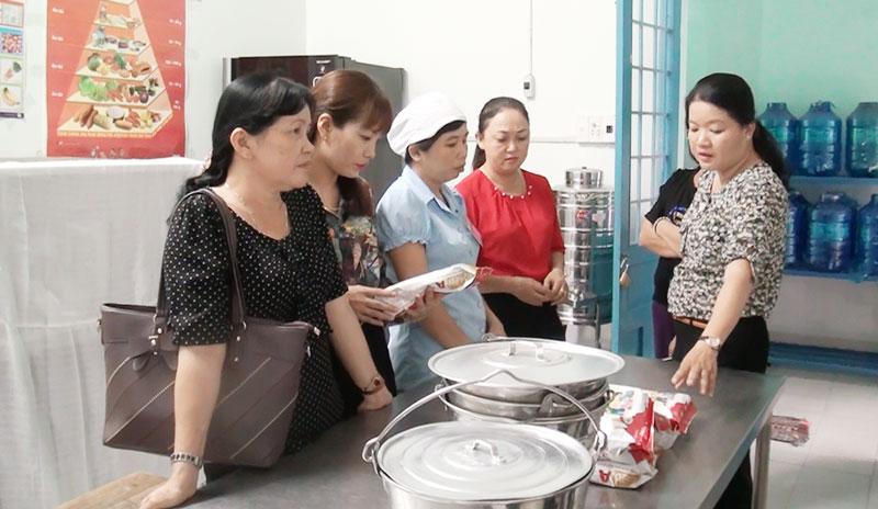 Đoàn kiểm tra thực tế khu vực bếp ăn. Ảnh: Hồng Quốc