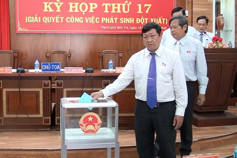 Đại biểu thực hiện quy trình bầu cử chức vụ UBND, HĐND Thành phố, nhiệm kỳ (2016-2020).
