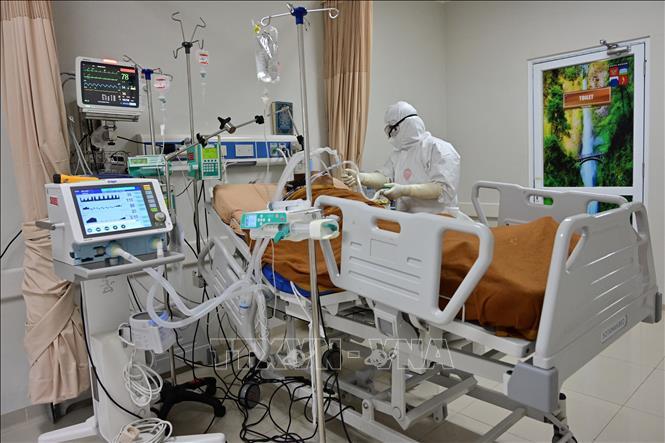 Điều trị cho bệnh nhân nhiễm COVID-19 tại Bogor, Tây Java, Indonesia. Ảnh: AFP/TTXVN