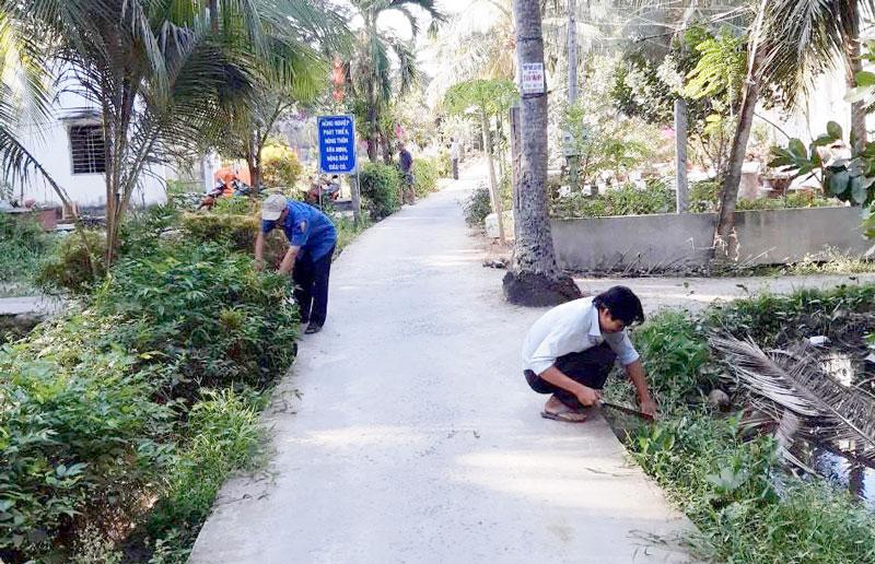 Người dân xã Tân Bình tích cực tham gia phát quang các tuyến đường nông thôn.