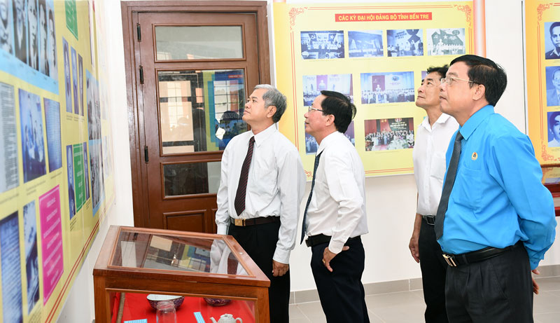 Lãnh đạo tỉnh tham quan trưng bày các di tích văn hóa truyền thống tại Ba Tri. Ảnh: H.Hiệp