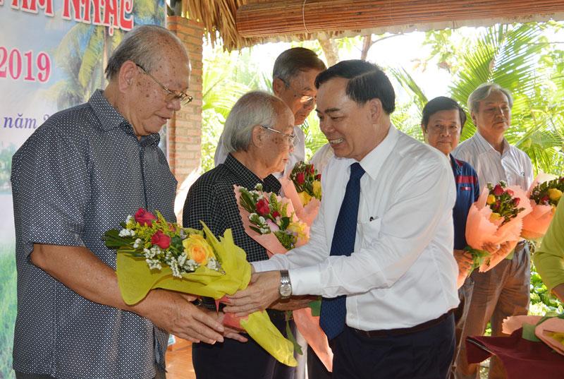 Phó bí thư Thường trực Tỉnh ủy Trần Ngọc Tam tặng hoa cho các nhạc sĩ tham gia trại sáng tác âm nhạc năm 2019. Ảnh: A.Nguyệt