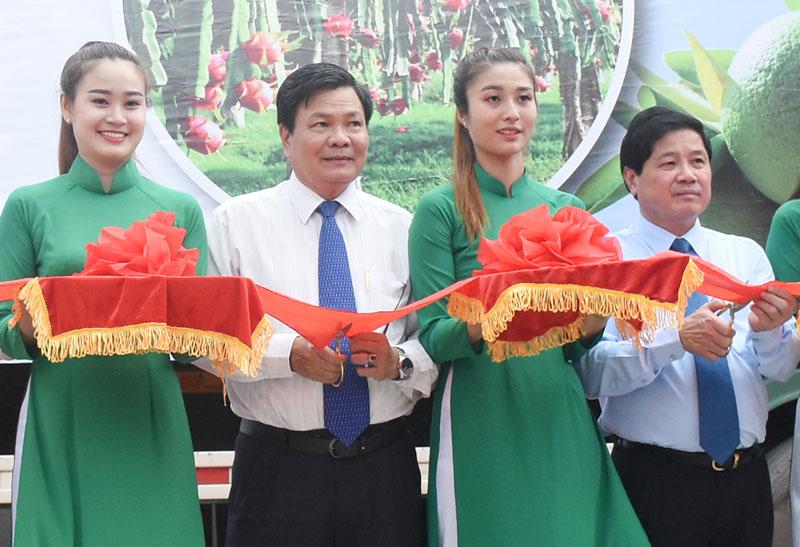 Thứ trưởng Bộ NN&PTNT Lê Quốc Doanh và Phó chủ tịch UBND tỉnh Nguyễn Hữu Lập tại lễ công bố xuất khẩu lô hàng trái cây sang châu Âu. Ảnh: C.Trúc