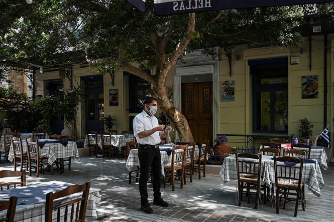 Một nhà hàng vắng khách do dịch COVID-19 tại Athens, Hy Lạp ngày 25-5-2020. Ảnh: AFP/TTXVN