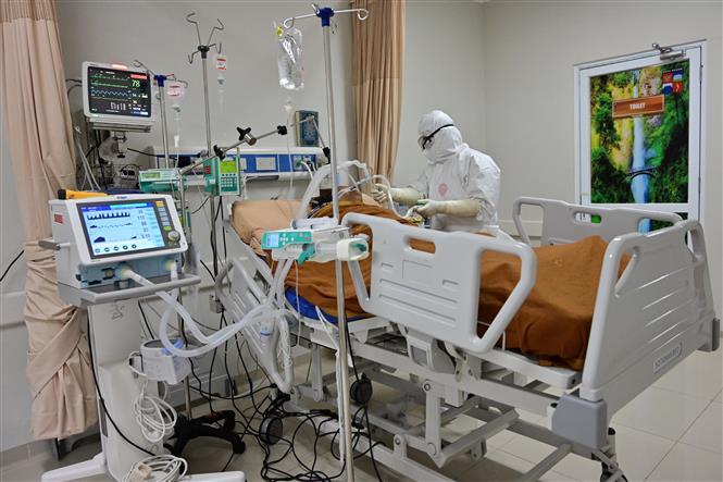 Nhân viên y tế điều trị cho bệnh nhân COVID-19 tại bệnh viện ở Bogor, Tây Java, Indonesia ngày 3-9-2020. Ảnh: AFP/ TTXVN