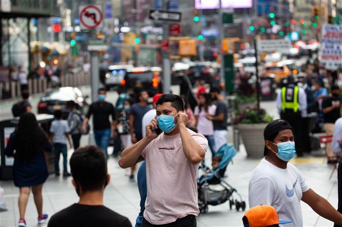 Người dân đeo khẩu trang phòng lây nhiễm COVID-19 tại New York, Mỹ, ngày 13-9-2020. Ảnh: THX/ TTXVN